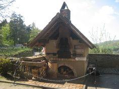 Odenwälder Backhaus in Lindenfels im Odenwald. Die Gebrauchsspuren zeigen, dass…