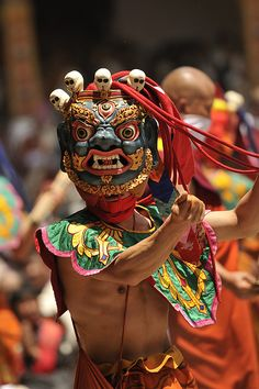 Mask Dancer on Buddhism Religious Ceremony, Punakha Dzong, Bhutan. The dance is said to bring blessings to onlookers. The origins of the mask dances date back to the century. Folk Costume, Costumes, Artisanats Denim, Mask Dance, Live Action, Religious Ceremony, Tibetan Buddhism, Masks Art, Avatar