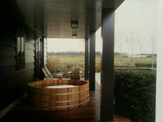 Uit het boek van Piet Boon. Als het bad dan niet in de badkamer past... dan maar in de tuin!