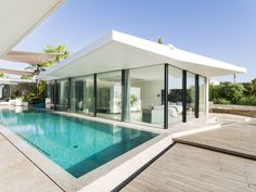 Modern seafront residence located in Spain, designed in 2016 by JLE Arquitectos. Modern Pool House, Modern House Facades, Beautiful Architecture, Architecture Design, Small Prefab Homes, Moderne Pools, Backyard Greenhouse, Dream House Exterior, Park Homes