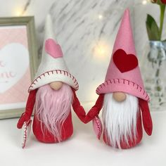 Valentines gnomes are back! This year I added wired arms and gave them little heart shaped pillows. I'll be making more, especially since… Valentines Day Decorations, Valentine Day Crafts, Be My Valentine, Christmas Crafts, Chocolate Bonbon, Valentines Bricolage, Scandinavian Gnomes, Friendship Gifts, Felt Hearts