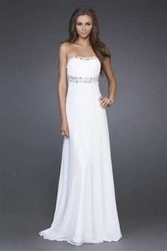 Simple and romantic #wedding #dress for a #beach #wedding. When planning a #wedding #abroad, think of your dress to be easily packed end delivered.
