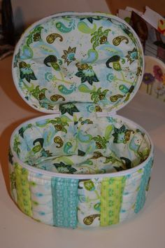 Tutorial in Spanish, goog photos | DESDE MI ALTILLO: TUTORIAL DEL BONITO NECESER. Bag Patterns To Sew, Sewing Patterns, Diy Bags Purses, Basket Organization, Small Sewing Projects, Fabric Boxes, Sewing Accessories, Diy Box, Organizer