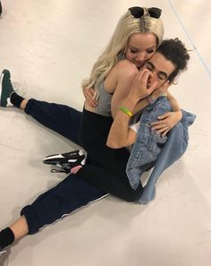 Dove cameron and cameron boyce behind the scenes of descendants 3 Dove Cameron, Cameron Boys, Descendants Pictures, Les Descendants, Cameron Boyce Descendants, Thomas Doherty, Bust A Move, Disney Channel Stars, Sofia Carson