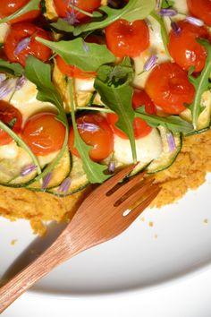 Socca-pizza aux légumes de saison, mozzarella & roquette http://www.lesrecettesdejuliette.fr/article-socca-pizza-aux-tomates-cerise-mozzarella-roquette-118312914.html