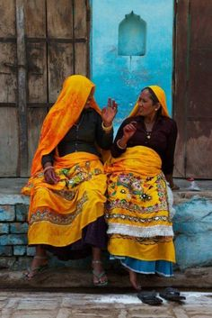 Friends catching up for a chat, a universal scene Religions Du Monde, Cultures Du Monde, World Cultures, We Are The World, People Around The World, Taj Mahal India, India India, Rajasthan India, India Colors