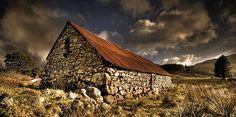 Fantastic Stone Barn Stone Barns, Stone Houses, House On The Rock, Old World Style, England And Scotland, Old Barns, Landscape Pictures, Covered Bridges, Before Us