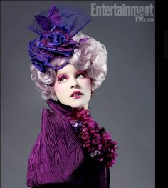 Elizabeth Banks (Effie Trinket) The pink-haired, sadistically bubbly Trinket serves as an escort for District 12 tributes Katniss Everdeen and Peeta Mellark. Also a bit of a social climber, Trinket is all too excited to be part of the reaping Hunger Games Memes, Hunger Games Characters, Hunger Games Trilogy, Katniss Everdeen, Fashion Tv, Rome Fashion, City Fashion, Fashion Games, Fashion Design
