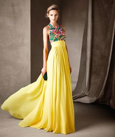 El color amarillo se combina con un bordado lleno de tonalidades muy originales Yellow Maxi Dress Outfit, Long Yellow Dress, Yellow Gown, Dress Skirt, Yellow Evening Gown, Evening Dresses, Prom Dresses, Colorful Party, Cocktail Dress 2017