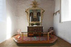 Bjergby kirke: Kor og alter · Altertæppet er tegnet af kgl. bygningsinspektør Leopold Teschl og er syet af kvinder i sognet.  Messingstagerne er senbarok.