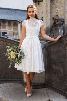 Tracht ist nicht nur in Bayern wieder total in, denn Dirndl, Lederhosen und Co. sind nicht nur richtig schick sondern auch zeitlos. So ist es nicht verwunderlich, dass immer mehr Bräute von einem Brautdirndl als Brautkleid träumen. Wer es nun ganz individuell will, kann sich sein Brautdirndl sogar anfertigen lassen. Es wird jeder Braut sozusagen auf den eigenen Leib geschneidert. Wie das funktioniert, erfahrt Ihr von der Expertin Sandra Unholzer von UNSA Design. Best Day Ever, Wedding Shoot, Graduation, White Dress, Sewing, Clothes, Collection, Dresses, Fashion