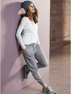 How To Wear Grey Sweatpants With a White Long Sleeve T-shirt For Women looks & outfits) Cute Gym Outfits, Mode Outfits, Outfits For Teens, Sport Outfits, Casual Outfits, Sport Fashion, Look Fashion, Fitness Fashion, Girl Fashion