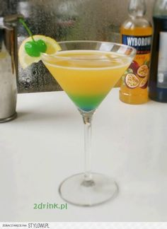 PASSION FLOWER Składniki: * 50 ml wódki o smaku mara… na Stylowi.pl Bar Drinks, Alcoholic Drinks, Beverages, Cocktails, Drink Bar, Blue Curacao, Passion Flower, Milkshakes, Mojito