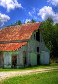 Old barn with rusted roof -- inspiration to get my watercolors out and paint… Country Barns, Country Life, Country Living, Country Roads, Farm Barn, Old Farm, Rustic Barn, Barn Wood, Metal Barn