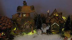www.decorelle.fi - Suunnittele ja toteuta kaikkien aikojen ihanin ja hurmaavin joulun tunnelmaa hehkuva joulukyläsi myynnissämme olevilla keijutaloilla! Garden Products, Miniature Fairy Gardens, Miniatures, Painting, Art, Art Background, Painting Art, Kunst, Paintings