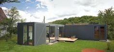 In Kall in Duitsland hebben LHVH Architekten in een productiefase van slechts vier weken een voorbeeldige containerwoning neergezet.