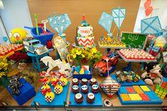 O Théo comemorou seu primeiro ano de vida ao lado de seus brinquedos preferidos! Pipas, piões, carrinhos, legos e cavalinhos enfeitaram a mesa, decoradape