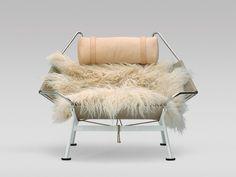 Immer wenn mir dieser Flag Halyard Chair von Hans J. Wegner begegnet (zuletzt in Kopenhagenim Illums Bolighus) setze ich mich hinein, schließe einen kleinen Augenblick die Augen, stelle mir vor er…