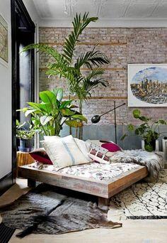 fauteuil cuir ikea avec plantes vertes et tapis en peau d'animal