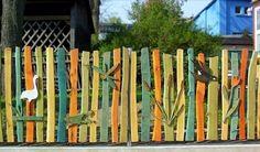 Färgglatt staket med lekfulla motiv