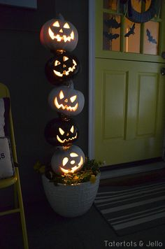 Turn your home into a haunted mansion with these DIY Halloween decorations. Not only are they cheap but these DIY Halloween decorations are easy to make. Deco Haloween, Theme Halloween, Halloween House, Holidays Halloween, Halloween Pumpkins, Halloween Crafts, Haunted Halloween, Creepy Halloween, Vintage Halloween