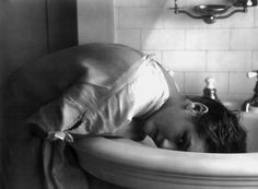 Mary Pickford washes her hair n the sink