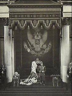 Nicola II di Russia legge il Discorso del Trono, con il quale si inaugurava la Duma, nella sala di San Giorgio, nel Palazzo di Inverno (San Pietroburgo, 27 aprile 1906)