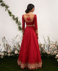 Unique Blouse Back Designs Spotted on Real Brides Indian Bridal Outfits, Indian Designer Outfits, Indian Dresses, Indian Attire, Indian Ethnic Wear, Indian Blouse, Indian Style, Mode Bollywood, Lehenga Designs