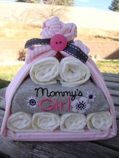 Regalo para el recién nacido - 8-10 pañales, un paquete de toallitas, un pijama y una manta.