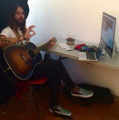 Jared Leto getting ready to VyRT 6th November 2014 #VyRT #Jaredleto