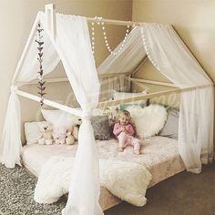 Holzhaus Bettrahmen ist Babybett für Kinder, wo sie schlafen und spielen können. Dieses entzückende Kinderzimmer-Bett-Haus machen Übergang von einem Kinderbett zu einem Kleinkind-Bett reibungslos. Holzbett richtet sich nach Montessori-Prinzipien der Unabhängigkeit – Gebäude, es
