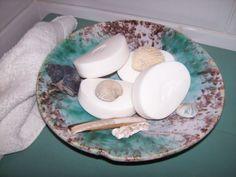 Brocante zeegroene schaal, zo mooi in de badkamer met zeepjes en schelpen...In de webshop 9,95 euro.