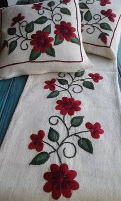 camino de mesa bordado a mano cm Cushion Embroidery, Embroidery Flowers Pattern, Embroidery Works, Hand Embroidery Stitches, Crewel Embroidery, Hand Embroidery Designs, Ribbon Embroidery, Flower Patterns, Cross Stitch Embroidery