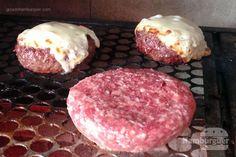TweetEmail TweetEmailNosso leitor Hudson seguiu nossa receita de hambúrguer e inovou na hora do preparo. Escolheu fazer o hambúrguer na churrasqueira. Vamos conferir como ficou o hambúrguer preparado no carvão e dar nossas dicas práticas de como preparar o hambúrguer perfeito na churrasqueira: + Receita completa para um hambúrguer perfeito e profissional + Receita de …