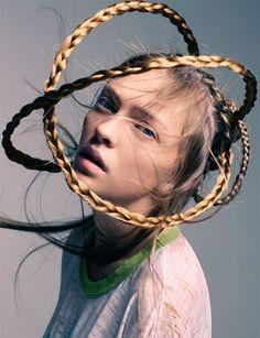 BOB RECINE   Recine is een bekende haar stylist/kunstenaar. Hij werkt onder anderen voor Chloe, Barneys New York, Lady Gaga en Vogue. Voor zijn The Alchemy Of Beauty project schoot hij dit beeld. Wat mij aanspreekt is de zachtheid van de foto en het haar zelf.