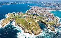 A Coruña es el ciudad donde los faroles esta en la playa. La fotografía es una vista de la ciudad.