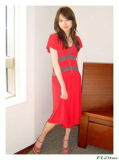 鮮やかな赤のワンピースの戸田恵梨香