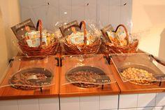 Die Besucher konnten zahlreiche #Presentkörbe mit unseren leckeren #Nuss und #Trockenfrucht #Produkten sowie Cynthia Barcomi's neues Backbuch ,,Cookies'' erwerben!