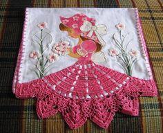 Delicadamente aplicadas a prendas de cocina y diferentes uso , con puntillas decorativas ,bordados en punto de cruz hacen de estas prendas u...
