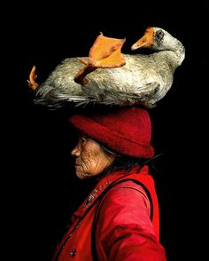 Femme et oie-Lady with the goose, China - Photographed by Cristina Mittermeier We Are The World, People Around The World, Foto One, Costume Ethnique, Portraits, Miles Davis, Great Photos, Lady, Make Me Smile
