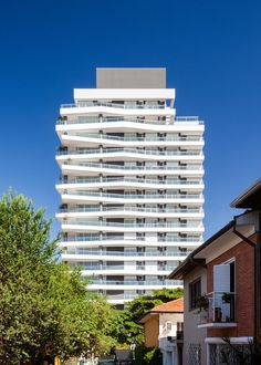 Shifted balconies wrap São Paulo tower by Königsberger Vannucchi. Facade Architecture, Amazing Architecture, Event Room, Apartment Floor Plans, Tower Design, Urban Park, Storey Homes, Pent House, Outdoor Pool