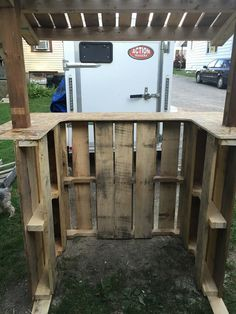 That is why we have hooked up this DIY pallet lemonade stand especially for the pallets, so that they can bring a big curved smile on their lovely kid's faces Kids Lemonade Stands, Snow Cone Stand, How To Make Lemonade, Diy Fort, Kids Market, Tiki Bar Decor, Bubble Milk Tea, Farm Stand, Diy Pallet Furniture