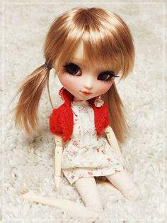 Little sweetie! Golden-haired pullip doll...