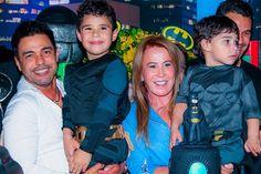 Zezé Di Camargo e Zilu Godoi posam juntos para foto de família