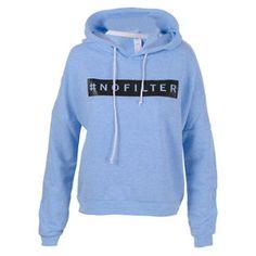 Esta es una chaqueta y la pones en tu cuerpo. Es azul y negro. Tiene un logo.