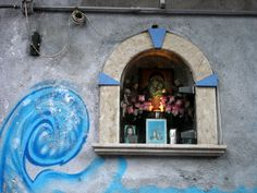 In #Naples #Italy they go along well: #graffiti #altars and Mary