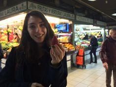 Había muchas fresas en todo el mercado. Teníamos que comprar unas, porque en Estados Unidos, las fresas no son de temporada ahora. No pude esperar, y comí unas fresas en el mercado.