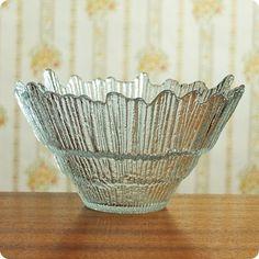 Tarbeklaasi kunstniku Eino Mäelti 90ndate alguses loodud tsentrifugaalklaasist kauss «Kraater». Decorative Bowls, Glass Art, Vintage, Design, Vintage Comics