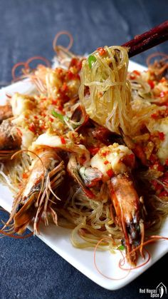 A tasty, good-looking dish with little preparation, steamed garlic prawns with vermicelli only takes 5 minutes to cook. A great dish to impress your guests at dinner parties. Prawn Dishes, Fish Dishes, Seafood Dishes, Fish And Seafood, Tasty Dishes, Fish Recipes, Seafood Recipes, Asian Recipes, Cooking Recipes