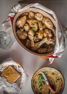 Receta fácil de pollo al ajillo tradicional, con mucho ajo y una salsa de vino. Elaboración con fotos paso a paso y consejos Mediterranean Chicken, Mexican Food Recipes, Ethnic Recipes, Cucumber, Main Dishes, Cooking Recipes, Yummy Food, Vegetables, Buffets